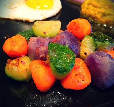 Oeuf au plat et billes colorées de légumes