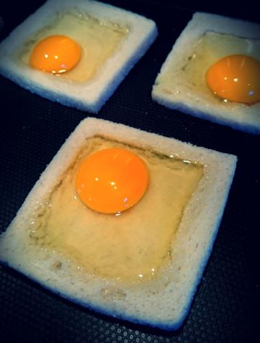 Placez l'oeuf au centre du toast, pour la recette
