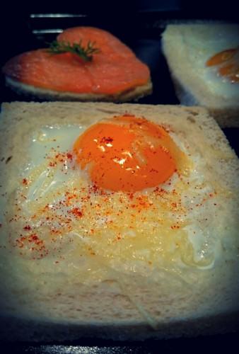 Oeuf et saumon fumé sur toast rigolo