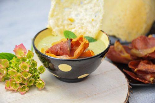 velouté de petits pois, tuile de parmesan et chips de jambon de parme