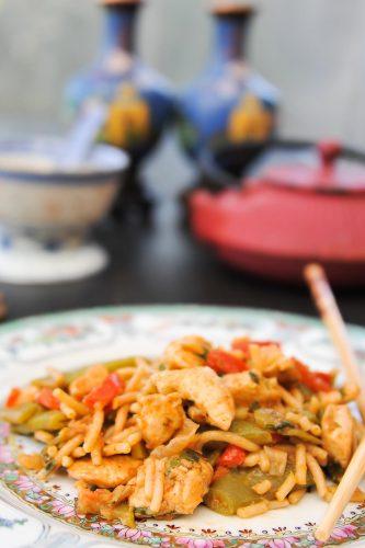 Nouilles sautées au poulet et aux légumes