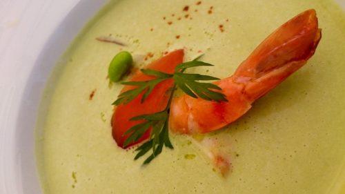 Soupe glacée de petits pois e avec gambas et saumon.