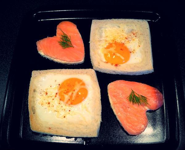 Oeuf au plat et saumon fumé sur toasts rigolos
