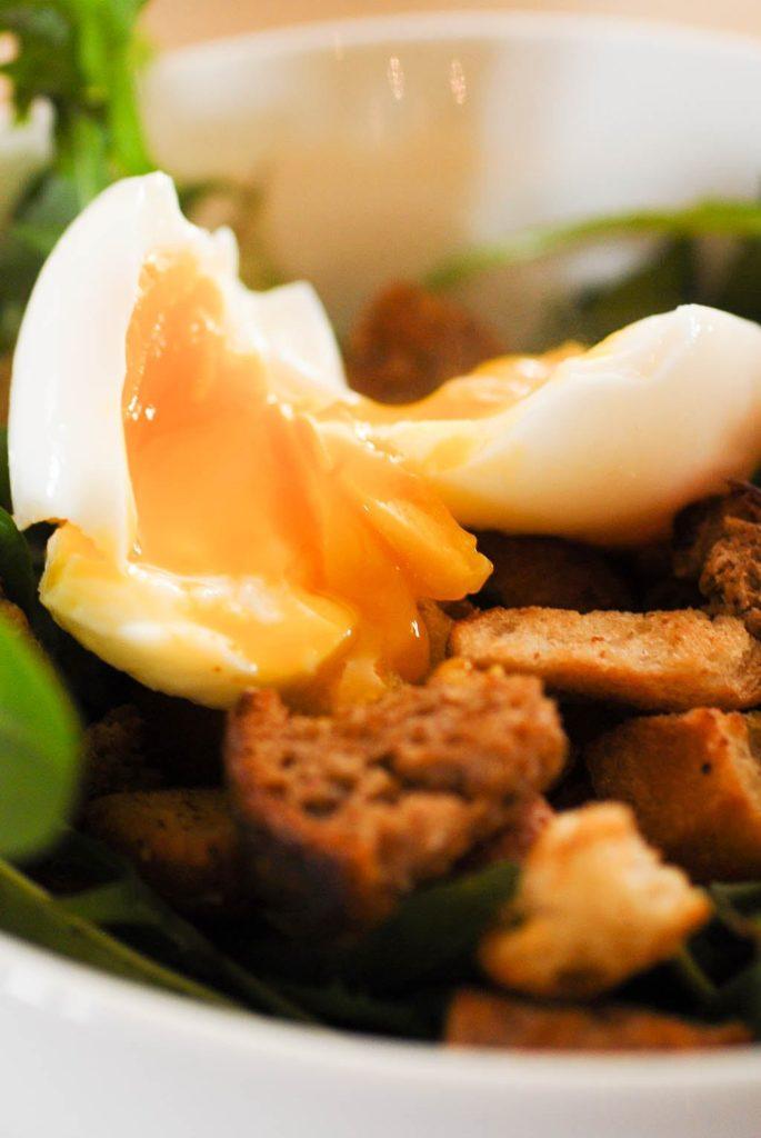 délicieuse Salade de pissenlits, oeuf mollet et lardons grillés