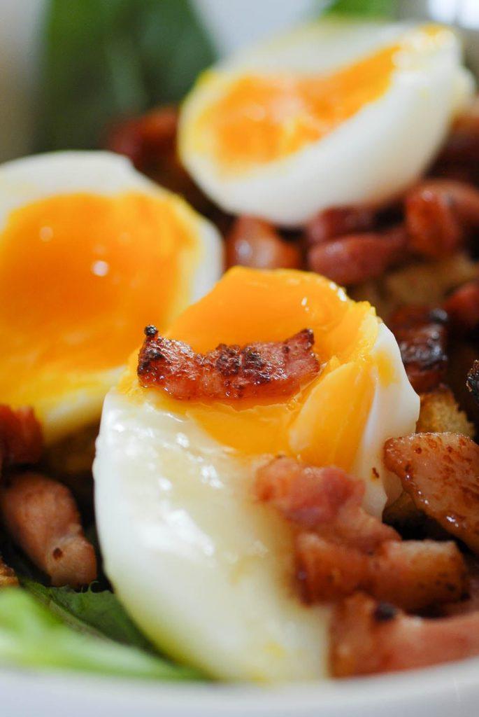 Salade de pissenlits, oeuf mollet et lardons grillés