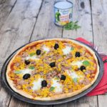 Pizza: corn, tuna, mozzarella and black olives