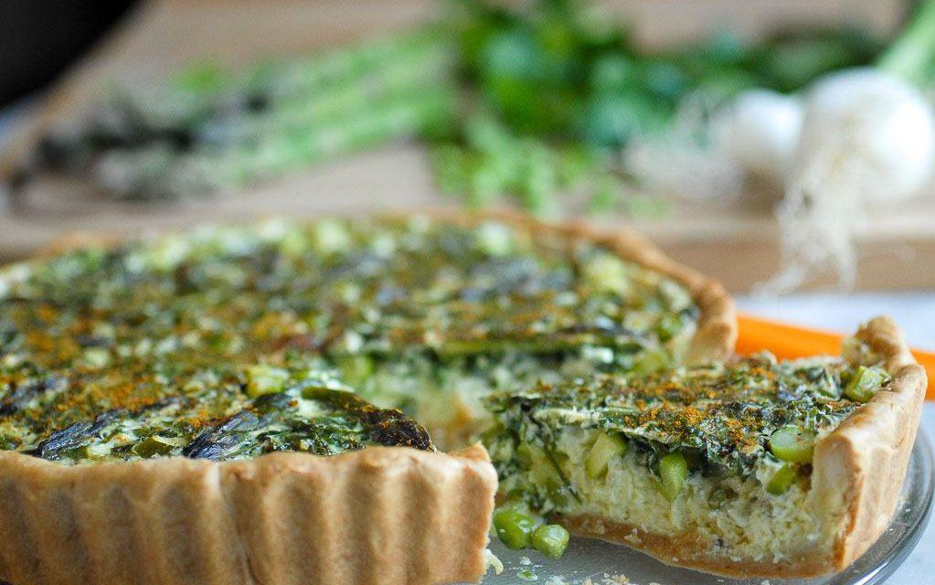 Tarte végétarienne salée : asperges verte, petits pois, oignons frais