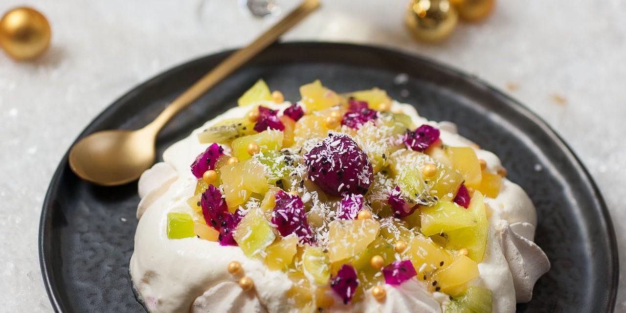 Pavlova aux kiwis jaunes et verts avec ses meringues vanillées.