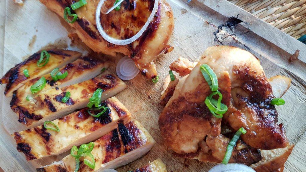 poulet marinés au miel, citron vert et yakitori au barbecue