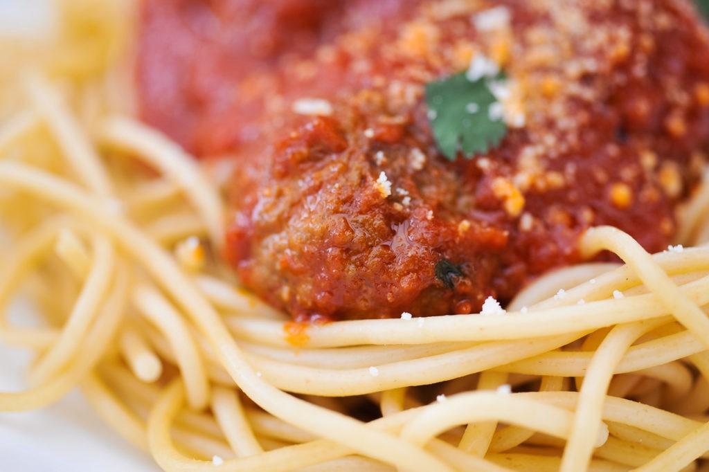 Boulettes d'agneau à la sauce tomate et des spaghetti