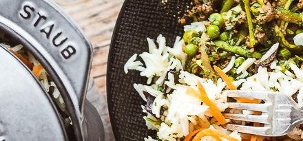 Cocotte Gohan de riz et boeuf haché avec légumes aux épices thaï